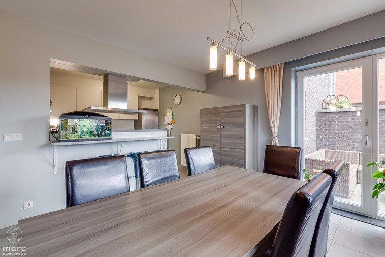 Te koop Zeer ruim en modern appartement met vier slaapkamers.