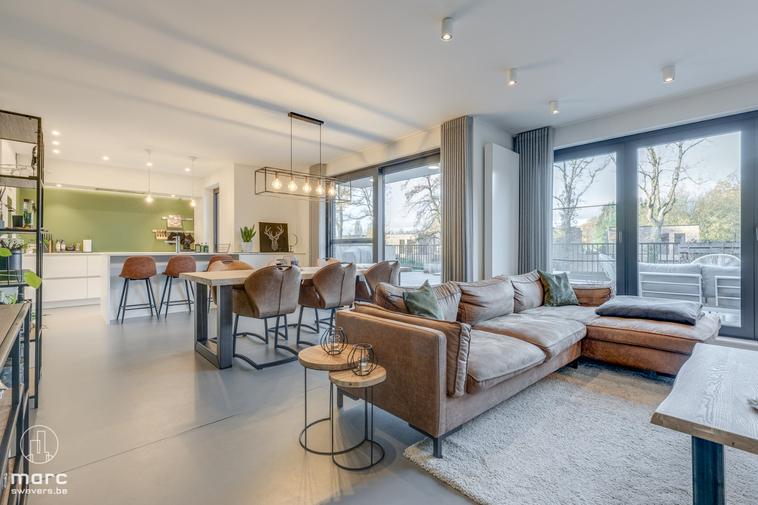 Prachtig recent appartement met twee slaapkamers, reusachtig terras en vlotte verbinding