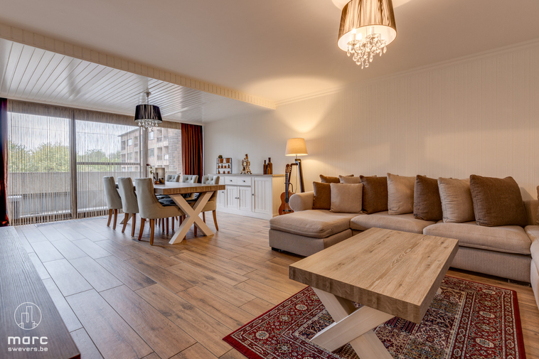 Mooi en ruim appartement in goede staat met drie slaapkamers en garage