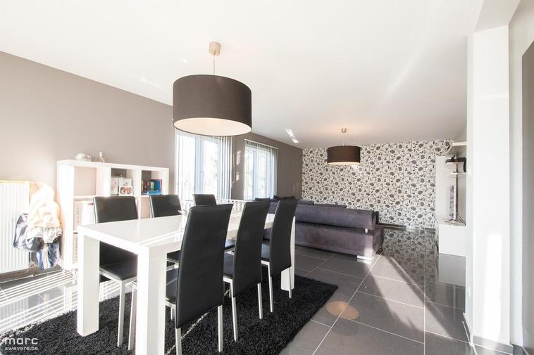 Knap gerenoveerd gelijkvloers appartement met 2 slaapkamers en garage