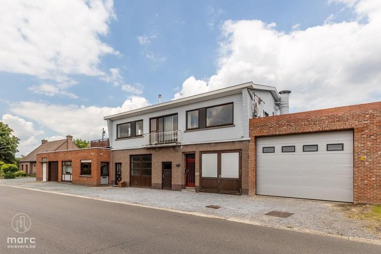 Te koop Bedrijfspand 755 m² groot met dakappartement 171 m² op vlot bereikbare ligging