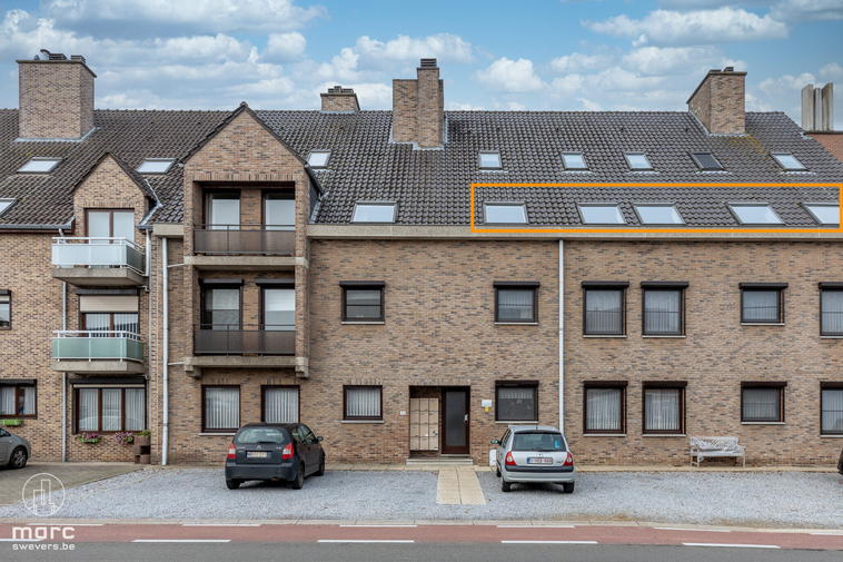 Onmiddellijk beschikbaar dakappartement met 1 slaapkamer en ruime garage