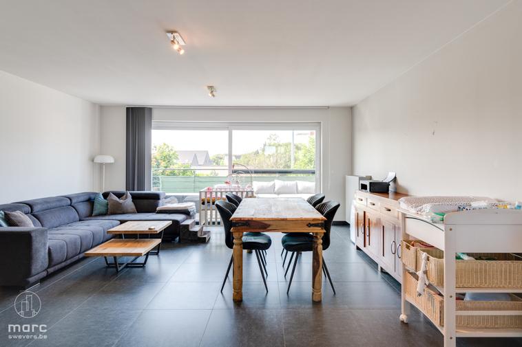 Zeer mooi, hedendaags duplex appartement met 3 slaapkamers en zonrijk terras in het hartje van Hoeselt