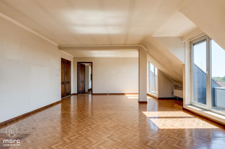 Lichtrijke duplex met twee slaapkamers en veel balkonruimte in hartje Sint-Truiden