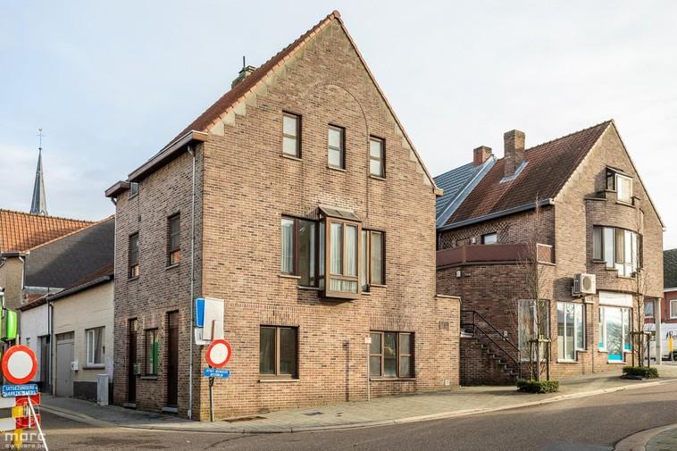 Te koop Lichte hoekwoning met praktijkruimte in centrum Beringen