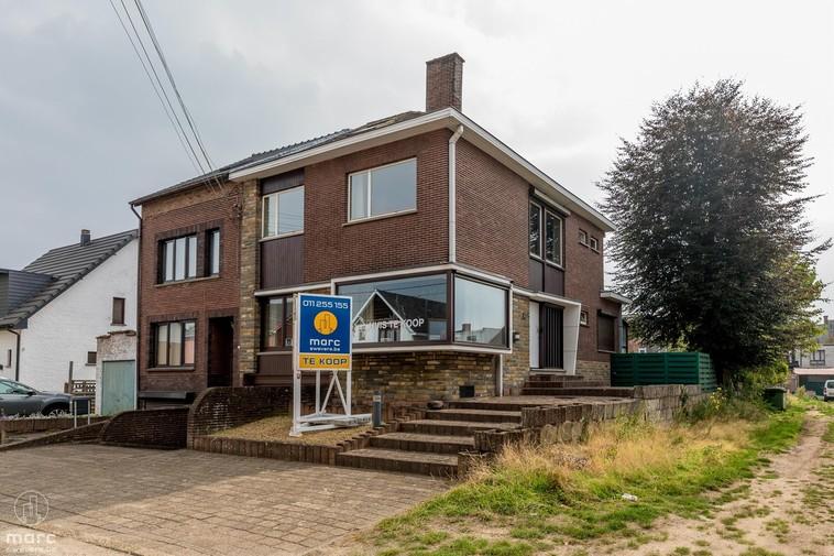 Grote ramen en veel ruimtes in gezinswoning in centrum van Heusden-Zolder