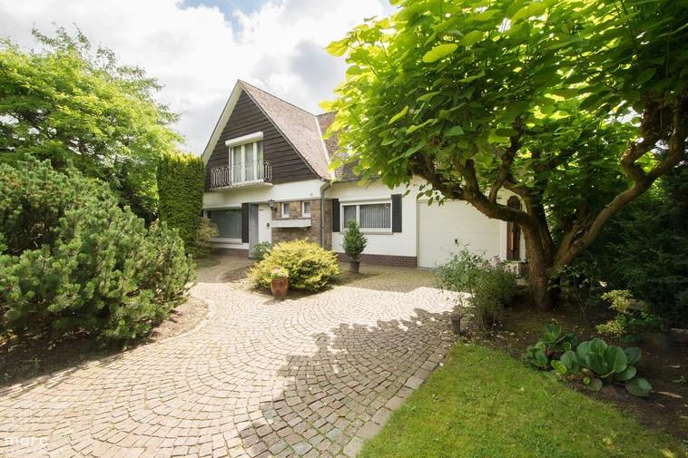 Te koop Statige villa in Zolder met 3 slaapkamers en prachtige voortuin