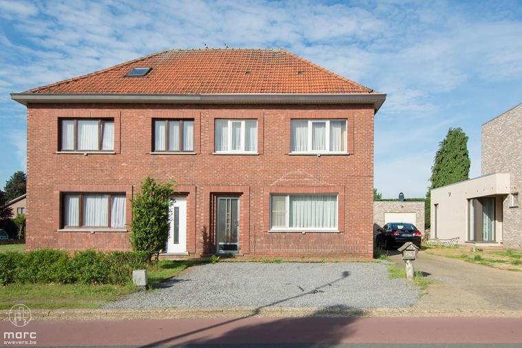 Klein beschrijf    woning met vier slaapkamers in het centrum van Heusden-Zolder