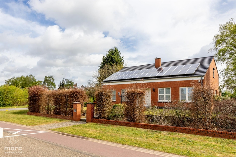 Ruime gezinswoning met vier slaapkamers, garage & vlot bereikbare ligging