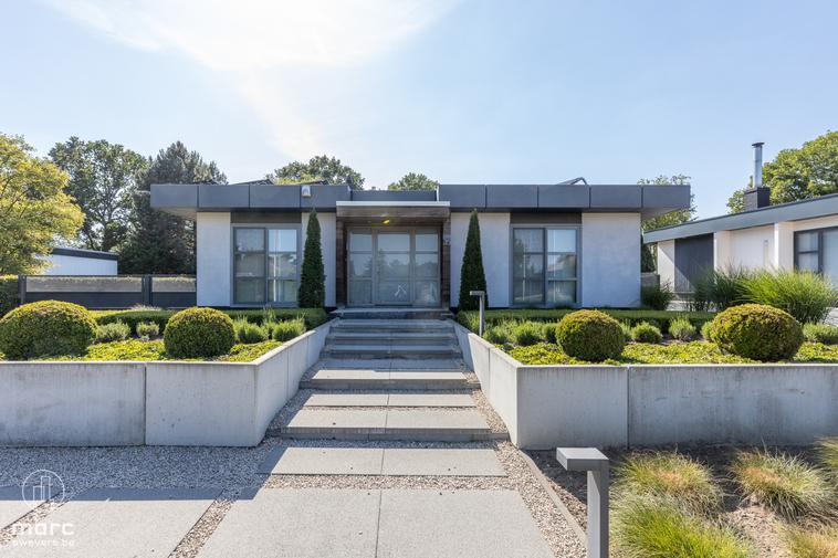 Prachtige eigentijdse bungalow met mooi aangelegde, rustige tuin