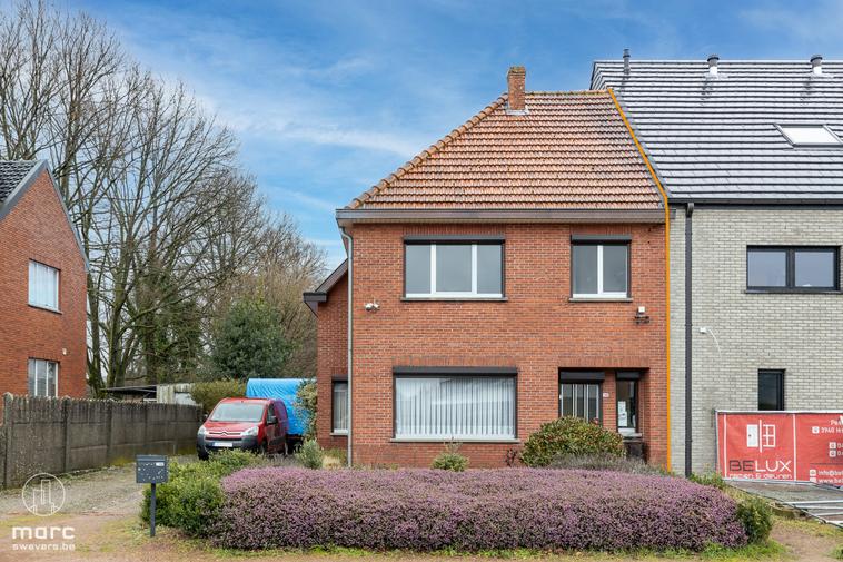 Knappe half open gezinswoning met 3 slaapkamers en riante zonnige tuin vlakbij terril Zolder