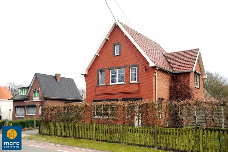 Verkocht | Totaal gerenoveerde gezinswoning op perceel van 24 are