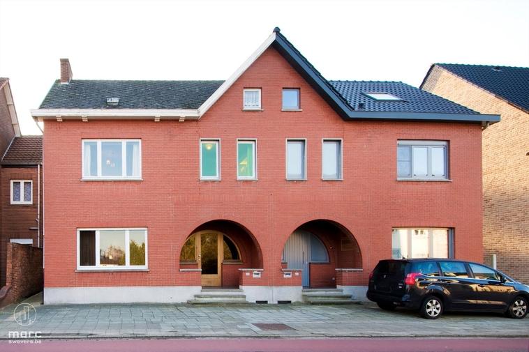 Halfopen woning met veel ruimte en 4 slaapkamers in centrum van Zolder