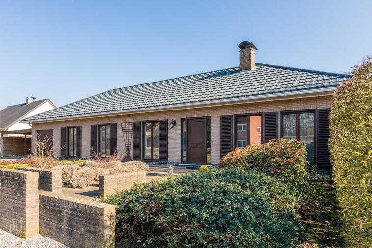 Open bebouwing met schitterende veranda en drie slaapkamers