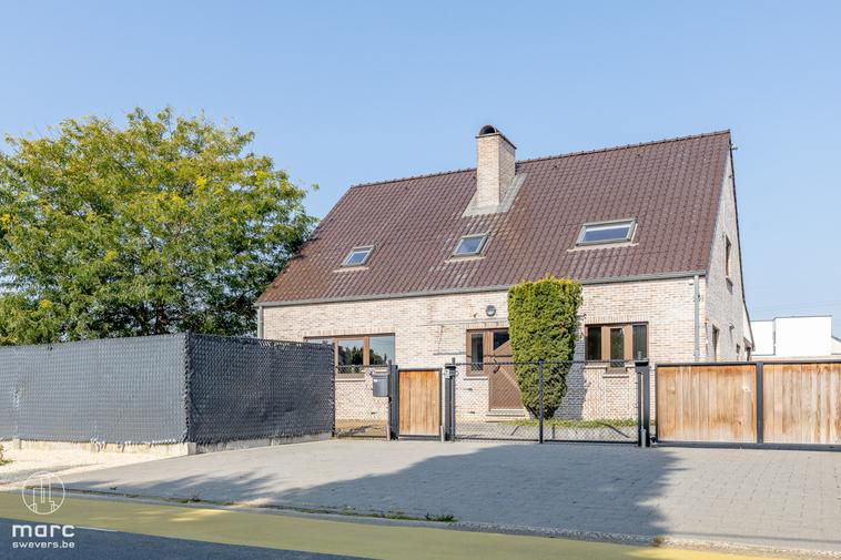 Verrassend grote woning (255m²) met aanzienlijke carport op 9a 90ca in Koersel
