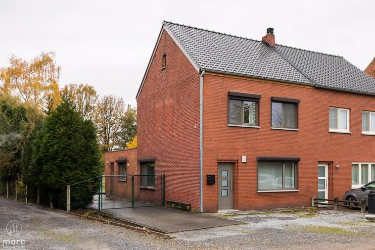 Klein beschrijf   Halfopen bebouwing met drie slaapkamers en leuke tuin in het centrum