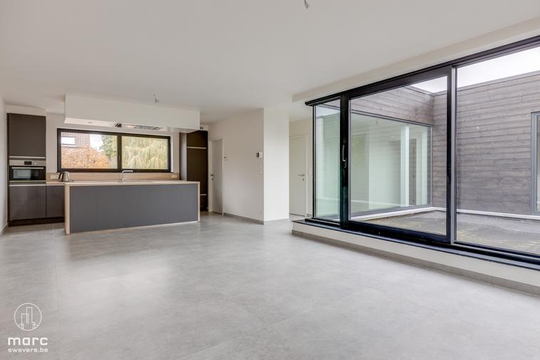 Zeer mooi nieuwbouw appartement (2020) met 3 slaapkamers en groot, zonovergoten terras in Houthalen centrum.