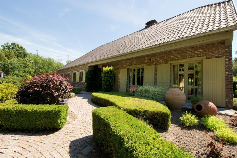 Mooie landelijke villa met knappe tuin en veranda