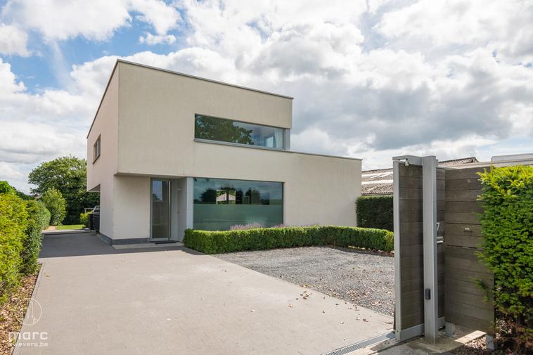 Moderne villa met magnifiek zwembad en grote praktijk- of hobbyruimte op perceel van 13a 42ca